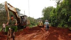 """Nể phục anh nông dân """"Tuấn Nên"""" bỏ 200 triệu đồng sửa đường cho dân"""