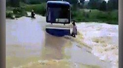 Hãi hùng xe buýt chở 47 học sinh chết máy giữa dòng nước lũ