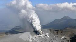 Núi lửa Nhật Bản thức giấc, phun khói độc cao 1.700 mét