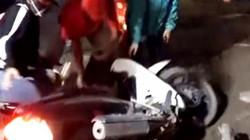 Clip: Len lỏi tránh đường tắc ở Hà Nội, xe máy liên tục ngã nhào