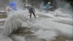 Video rắc vôi bột, phun hóa chất sau mưa lũ ở Chương Mỹ, Hà Nội