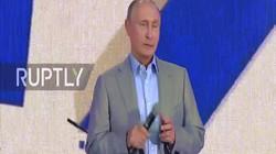 """Putin """"bắn"""" tiếng Anh như gió trước thanh niên thế giới"""