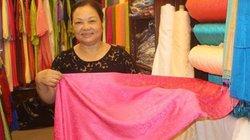Nghệ nhân làng lụa Vạn Phúc không quan tâm đến bê bối của Khải Silk