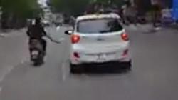 TP.HCM: Xôn xao clip người đàn ông đi xe máy, cầm mã tấu chém gương ô tô