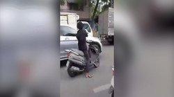 Clip: Kinh hoàng thanh niên cầm mã tấu chém hàng loạt ô tô giữa Sài Gòn