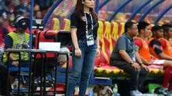 """Cựu nữ trưởng đoàn xinh đẹp Thái Lan """"thâu tóm"""" CLB châu Âu"""