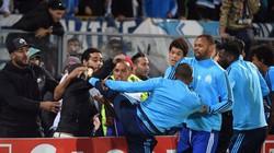 HẬU TRƯỜNG (3.11): Sao Arsenal suýt bị cưa chân, Evra đá vào đầu CĐV