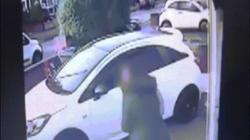 Bà mẹ dùng iPhone đuổi đánh hai kẻ trộm xe chạy mất dép
