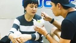 Kiều Minh Tuấn tự tay đút cho Cát Phượng ăn khi người yêu bị bệnh