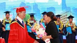 Xót xa mẹ nhận bằng tốt nghiệp thay con gái đã mất vì ung thư
