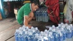 Cận cảnh: Ngư dân chuẩn bị rau, củ, đá, thực phẩm ra khơi sau bão