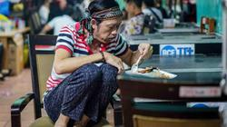 Hoài Linh, Trường Giang chung thói quen ngồi co hai chân trên ghế