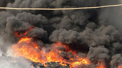 Xưởng phế liệu bốc cháy dữ dội khi chủ đang ngủ say