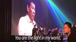 Tổng thống Philippines hát nhạc tình yêu tặng ông Trump