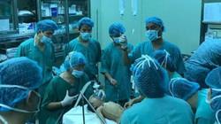 Giáo sư Mỹ đến Huế phẫu thuật cho bệnh nhi mắc khối u nguy hiểm