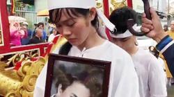 Vợ con đưa tiễn diễn viên Nguyễn Hoàng ngày mưa bão