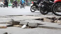 """Sở Xây dựng Hà Nội lý giải việc đá vỉa hè """"bền vững 70 năm"""" bị vỡ nát"""