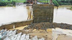 Mố cầu bị nước lũ cuốn, 1.200 hộ dân bị cô lập