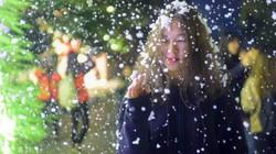 """Ảnh-clip: Giới trẻ thích thú với cảnh """"tuyết rơi"""" ở Hà Nội"""