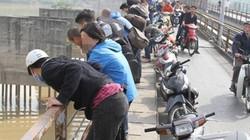 Hàng trăm người hiếu kỳ đổ về cầu Long Biên xem người nhái vớt bom
