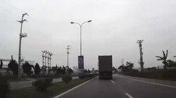 Clip: Cú bẻ lái nhanh trí cứu một mạng người của tài xế container