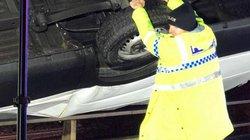 """Hành động """"siêu nhân"""" của cảnh sát Anh khi thấy ô tô sắp rơi khỏi cầu"""