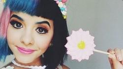 Nữ ca sĩ tóc hai màu nổi tiếng của The Voice bị bạn thân tố cưỡng hiếp
