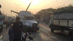 Xe container húc gãy cột đèn chiếu sáng, quốc lộ 1 ùn ứ kéo dài