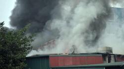 HN: Cháy lớn 3 ngôi nhà liền kề, cột khói bốc cao nghi ngút