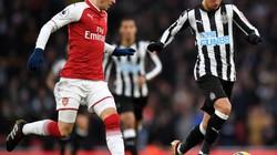 """Ozil tái hiện """"siêu phẩm"""" của Zidane, Arsenal thắng tối thiểu"""