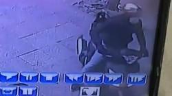 """Clip: """"Đạo chích"""" bẻ khóa, trộm SH nhanh như chớp giữa phố Hà Nội"""