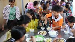 Nấu cơm miễn phí cho người dân tránh bão Tembin