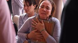 Mẹ nam diễn viên trẻ bị xe container cán khóc ngất trong đám tang con trai