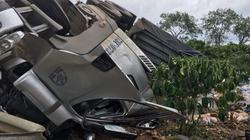 Container lật úp khi đổ đèo, đè chết tài xế và phụ xe