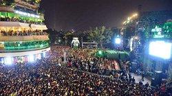 Nghẹt thở dòng người đổ về trung tâm Thủ đô chờ đếm ngược đón năm mới