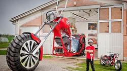 CHOÁNG: Chiếc xe máy cao quá nóc nhà 1 tầng, đạt kỷ lục Guiness