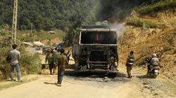 Xe tải chở đá bốc cháy dữ dội trên quốc lộ, khói cao hàng chục mét