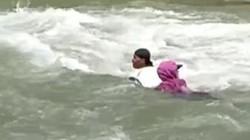 Hết hồn cảnh giáo viên trôi giữa dòng sông chảy siết đến trường dạy học