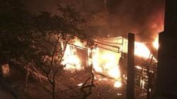 2 nhà phố Chùa Láng bị thiêu rụi lúc rạng sáng
