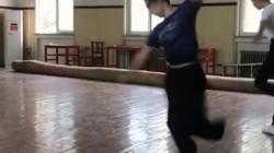 Thiếu nữ biểu diễn quay người liên tục với tốc độ nhanh như cánh quạt