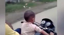Video: Thót tim bé 3 tuổi lái môtô cỡ lớn, chở 3, lao vun vút