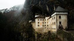 Lâu đài 800 năm tuổi nằm giữa lưng chừng vách đá cao hơn trăm mét ở Slovenia