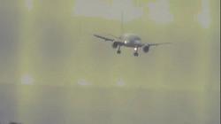 Khoảnh khắc máy bay hạ cánh theo chiều ngang trong thời tiết nguy hiểm