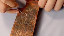 Ảnh: Công phu nghề làm ốp điện thoại bằng chất liệu sơn mài