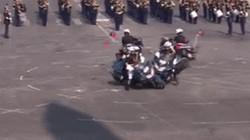 Video: Cảnh sát lao môtô vào nhau trong lễ kỷ niệm quan trọng
