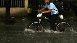 """Học sinh """"bơi"""" tại """"khu nhà giàu"""" ở Sài Gòn sau cơn mưa chớp mắt"""