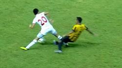 """Clip: Tình huống hậu vệ U19 Malaysia """"đốn"""" gãy chân đối thủ"""