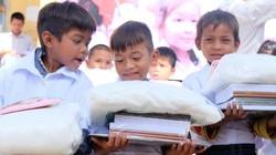 """Trao học bổng, tặng áo trắng cho học sinh vùng """"ốc đảo"""" Hà Đông"""