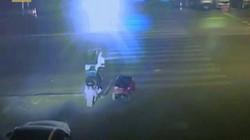 Cha mẹ liều lĩnh để con 5 tuổi lái ô tô trên đường quốc lộ