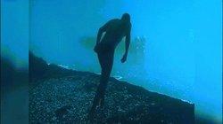 Khó hiểu: Người đàn ông đi bộ dưới đáy biển lại nhảy tiếp xuống biển